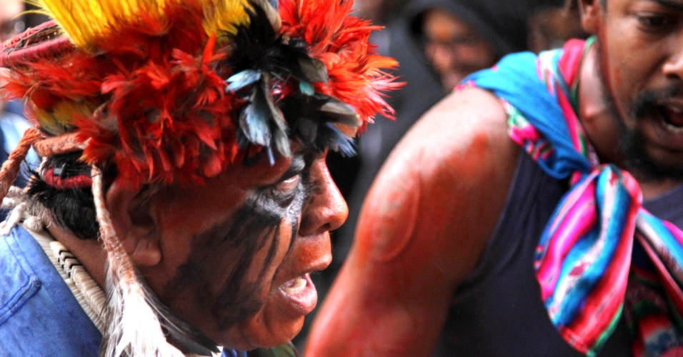 9.nov.2012 - Índio da etnia guarani-kaiowá protesta diante do TRF (Tribunal Regional Federal) em São Paulo, na avenida Paulista, contra os conflitos entre os indígenas e fazendeiros no Mato Grosso do Sul. A Aty Guasu, assembleia de líderes da etnia, divulgou uma carta apontando as prioridades da comunidade indígena que está sendo exterminada no Estado