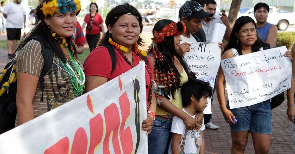9.nov.2012 - Manifestação reunindo índios e simpatizantes da causa indígena é realizada em Cuiabá (MT). O ato, que acontece simultaneamente em outras cidades do Brasil, é em defesa dos guaranis-kaiowás, e pela demarcação das suas terras no Mato Grosso do Sul