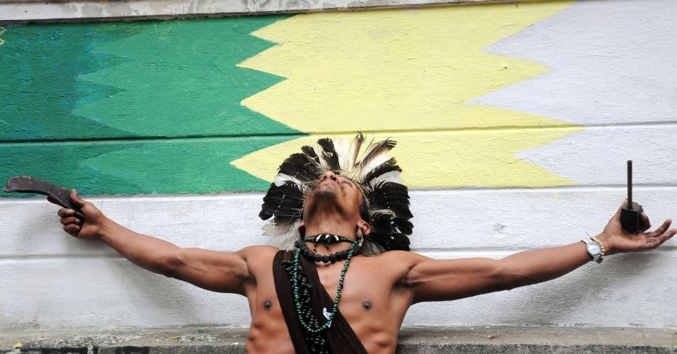 9.nov.2012 - Manifestação reunindo índios e simpatizantes da causa indígena é realizada na Aldeia Maracanã, antigo Museu do Índio, na cidade de Rio de Janeiro (RJ). O ato, que acontece simultaneamente em outras cidades do Brasil, é em defesa dos guaranis-kaiowás, e pela demarcação das suas terras no Mato Grosso do Sul