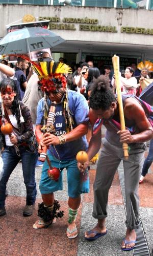 9.nov.2012 - Os manifestantes foram do Masp à sede do TRF (Tribunal Regional Federal) em São Paulo, ambos na Paulista, para protestar contra o massacre de guaranis-kaiowás em Mato Grosso do Sul. A Aty Guasu, assembleia de líderes da etnia, divulgou uma carta apontando as prioridades da comunidade indígena que está sendo exterminada no Estado