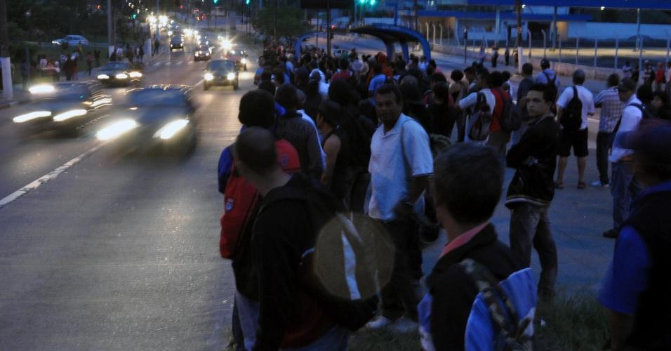 9.nov.2012 - Pessoas se aglomeram em ponto de ônibus na zona sul de São Paulo, nesta sexta-feira (9). Os ônibus da viação Cidade Dutra não saíram da garagem hoje em protesto dos funcionários contra o ataque de criminosos a um veículo da empresa, que feriu um cobrador