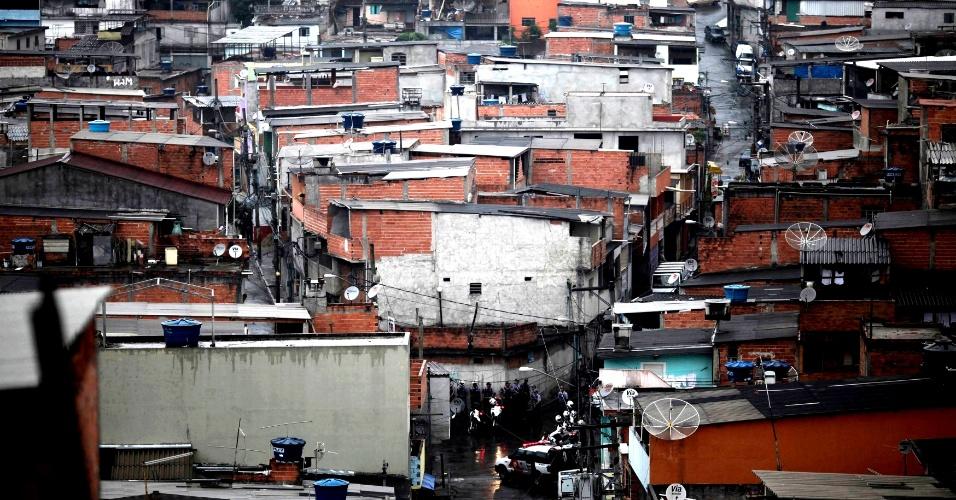 9.nov.2012 - Policiais (na parte inferior da imagem, onde há uma bifurcação) patrulham favela no bairro da Brasilândia, na zona norte de São Paulo, durante uma operação saturação realizada após uma série de ataques a policiais, ônibus e pessoas, em geral, ocorridos nesta semana