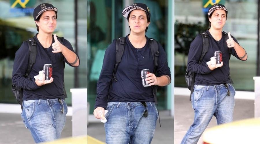 De calça jeans e boné, Thammy Gretchen acena para paparazzi em aeroporto do Rio (9/11/2012)