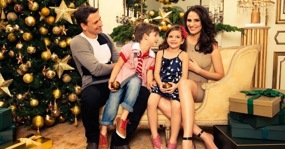 Murilo Rosa e Fernanda Tavares posam com o filho Lucas e a atriz mirim Mel Maia para a campanha de Natal da Lilica Ripilica e Tigor T.Tigre