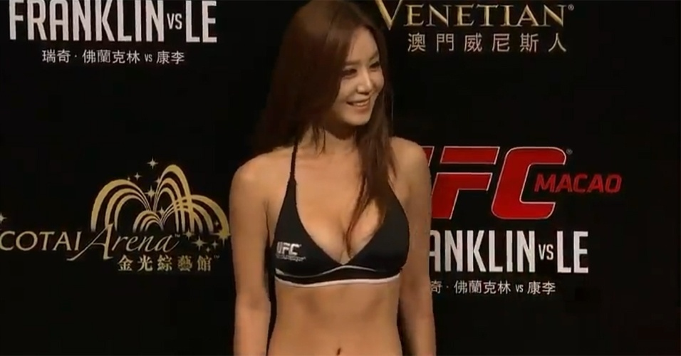 Ring girl Kang Ye-Bin posa durante a pesagem do UFC China (09/11/2012)