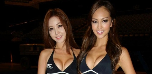 Ring girls do UFC na China, Jessica C. e Kang Ye-Bin desfilam com o uniforme de trabalho