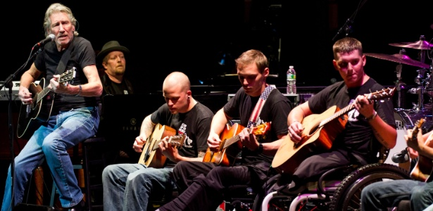 Roger Waters toca com veteranos de guerra no evento Stand Up For Heroes, em Nova York (8/11/12)