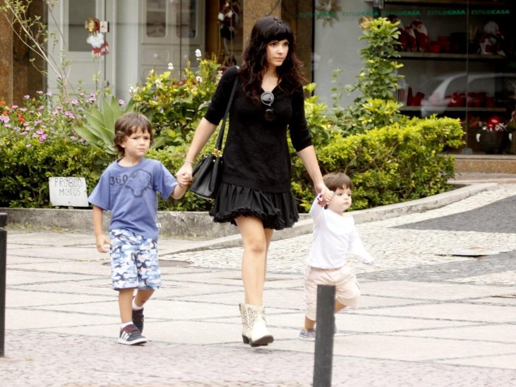 Vanessa Giácomo passeia com os filhos na zona oeste do Rio