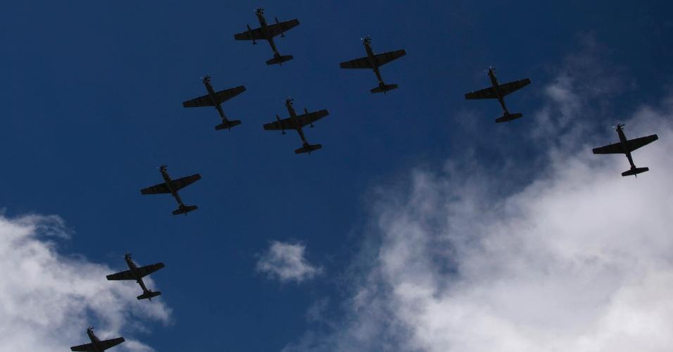 10.nov.2012 - Aviões militares fazem apresentação durante cerimônia de aniversário de 93 anos da Força Aérea da Colômbia em base militar em Bogotá (Colômbia)