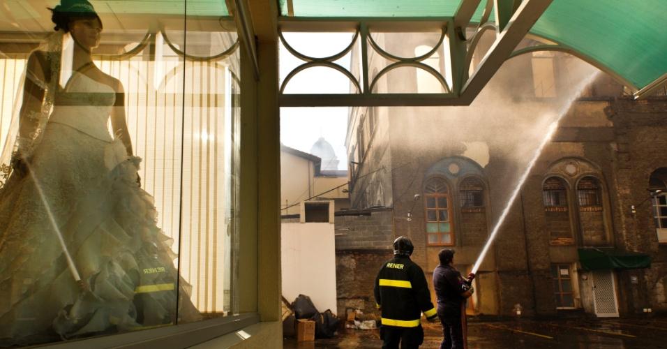 10.nov.2012 - Bombeiros trabalham para conter incêndio em conjunto comercial no centro de São Paulo. O local, conhecido por ter várias lojas de vestidos de noivas, começou a pegar foto na tarde deste sábado (10). Estima-se que 15 lojas foram atingidas pelas chamas