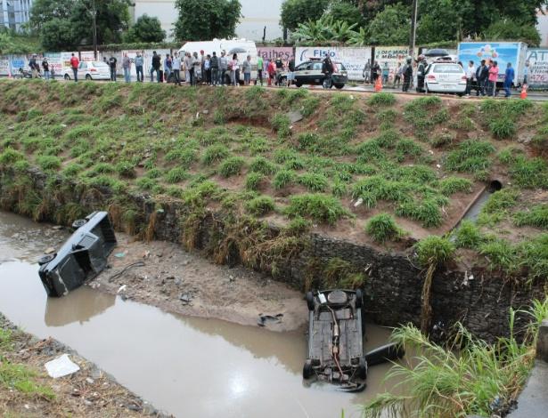 10.nov.2012 - Duas pessoas morreram em acidente envolvendo dois carros que caíram no córrego Sarandi, no bairro Alípio de Melo, em Belo Horizonte (MG), neste sábado (10)