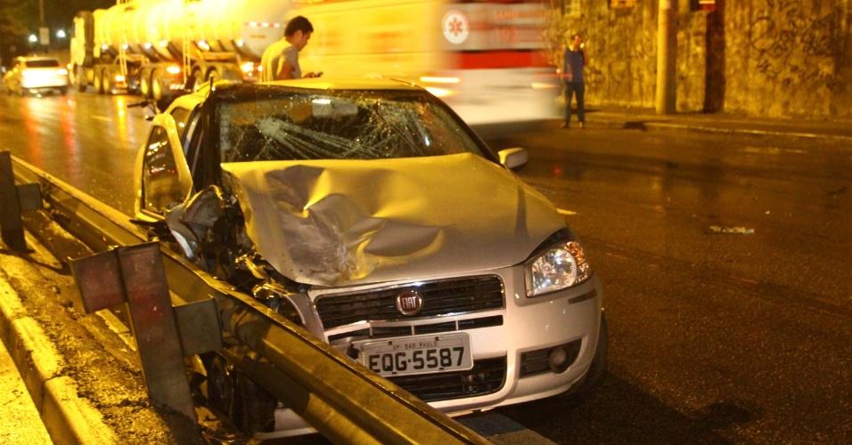 10.nov.2012 - Imagem mostra carro que se envolveu em um acidente na Marginal Tietê, na altura da Ponte do Piqueri, em São Paulo (SP)