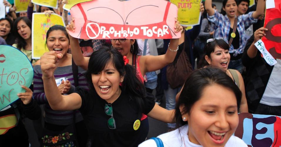 10.nov.2012 - Manifestante levanta cartaz durante a Marcha de Las Putas, versão peruana da Marcha das Vadias, neste sábado (10), em Lima, capital do Peru. Chamada em inglês de SlutWalk, a Marcha das Vadias surgiu em Toronto, no Canadá, em 2011, como um protesto em resposta ao comentário de um policial que orientou universitárias dizendo: