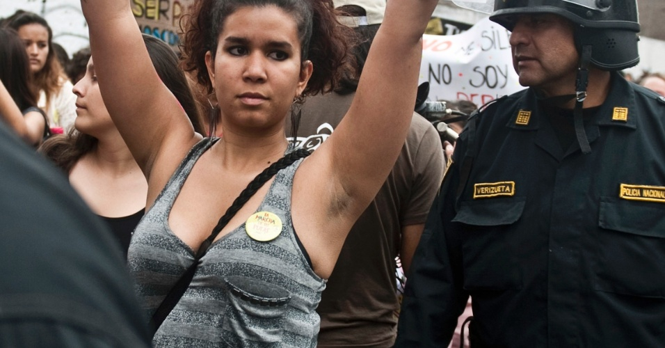 10.nov.2012 - Manifestante levanta cartaz durante a Marcha de Las Putas, versão peruana da Marcha das Vadias, neste sábado (10), em Lima, capital do Peru. Depois das primeiras manifestações no Canadá e nos Estados Unidos, a Marcha das Vadias se espalhou por diversas cidades do mundo como protesto contra a discriminação e a violência contra a mulher