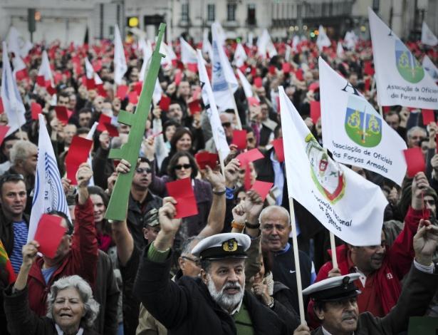 10.nov.2012 - Militares portugueses, acompanhados por suas famílias, realizam protesto na praça dos Restauradores, em Lisboa, na tarde deste sábado (10),contra medidas de austeridade adotadas pelo governo de Portugal que têm afetado as Forças Armadas