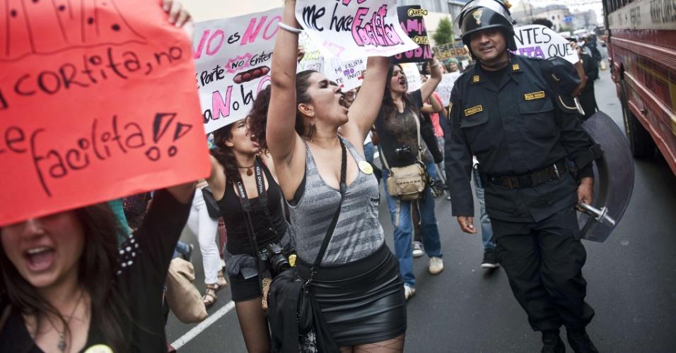 10.nov.2012 - Mulher participa da Marcha de Las Putas, versão peruana da Marcha das Vadias, neste sábado (10), em Lima, capital do Peru. Chamada em inglês de SlutWalk, a Marcha das Vadias surgiu em Toronto, no Canadá, em 2011, como um protesto em resposta ao comentário de um policial que orientou universitárias dizendo: