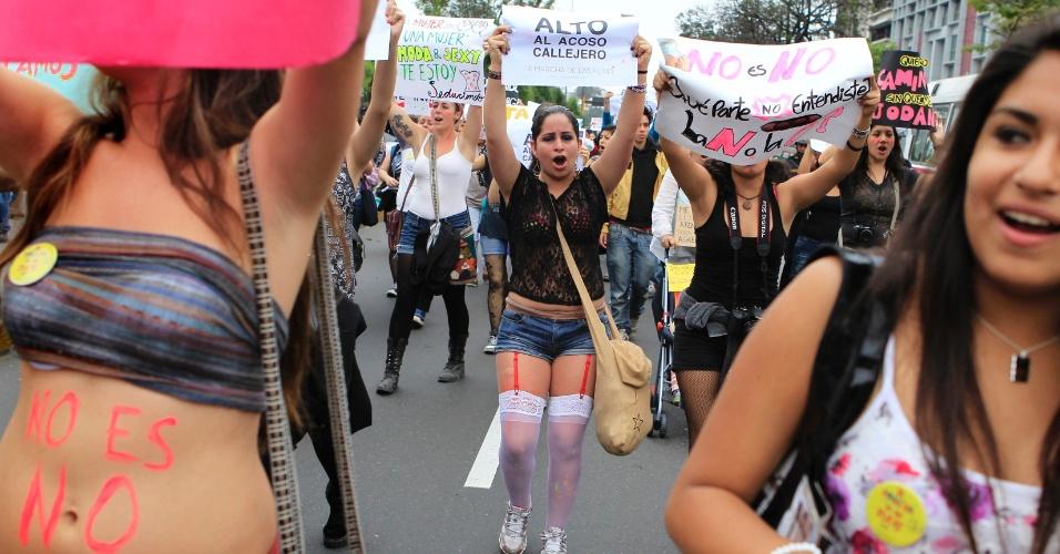 10.nov.2012 - Mulheres carregam cartazes durante a Marcha de Las Putas, versão peruana da Marcha das Vadias, neste sábado (10), em Lima, capital do Peru. Depois das primeiras manifestações no Canadá e nos Estados Unidos, a Marcha das Vadias se espalhou por diversas cidades do mundo como protesto contra a discriminação e a violência contra a mulher