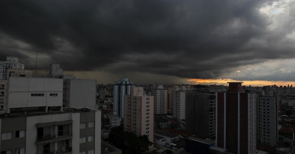 10.nov.2012 - Nuvens carregadas se formam no final da tarde deste sábado (10) em São Paulo. Chuva forte na capital paulista colocou algumas regiões da cidade em estado de atenção e provocou pontos de alagamento