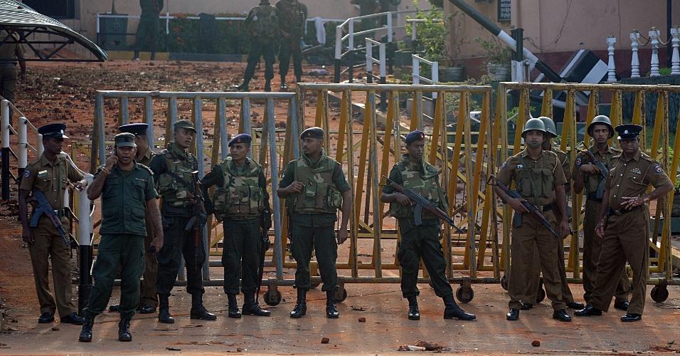 10.nov.2012 - Soldados montam guarda em prisão de segurança máxima Welika, em Colombo (Sri Lanka)