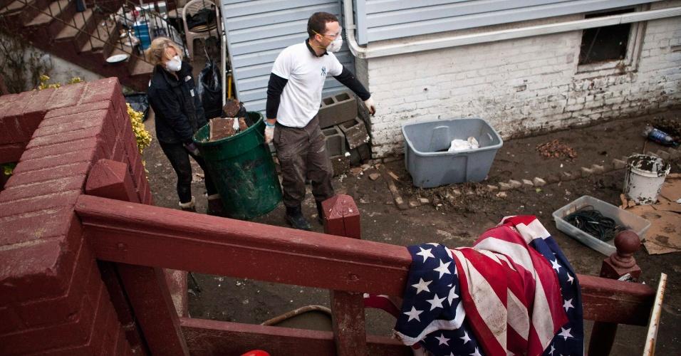 10.nov.2012 - Voluntários ajudam a limpar destroços de casa arruinada pelo furacão Sandy no Queens, em Nova York (Estados Unidos). O prefeito Michael Bloomberg anunciou que neste sábado haveria uma espécie de mutirão para ajudar a limpar os estragos causados pela tempestade