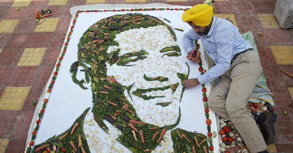 Artista indiano Harwinder Singh Gill faz os últimos ajustes na nova obra dele: o rosto do presidente reeleito dos Estados Unidos, Barack Obama, feito com vegetais