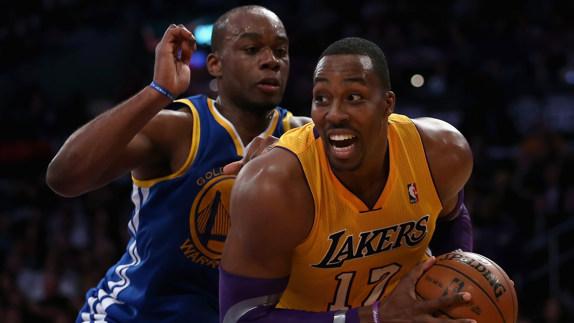 Dwight Howard se prepara para ir  cesta no jogo entre Los Angeles Lakers e Golden State Warriors, o primeiro da equipe da Califrnia aps a demisso do tcnico Mike Brown