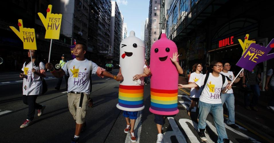 Pessoas fantasiadas de preservativos participam de parada do orgulho gay em Hong Kong