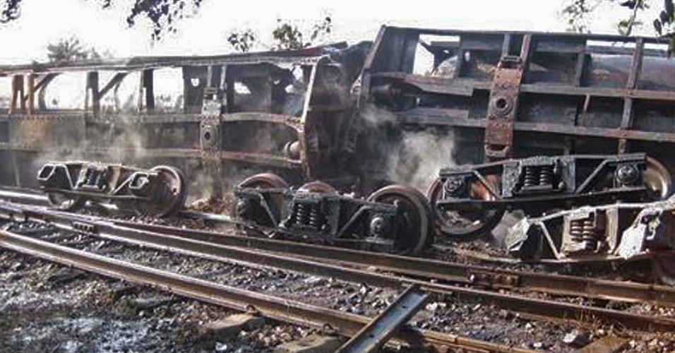 Trem totalmente destruído após descarrilamento e incêndio ao norte de Mianmar (antiga Birmânia)