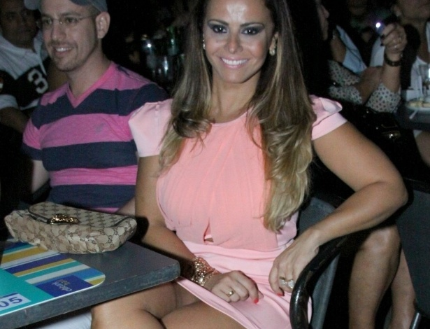 Viviane Araújo comparece a show de Zezé Di Camaro e Luciano no Citibank Hall, no Rio de Janeiro (9/11/12)