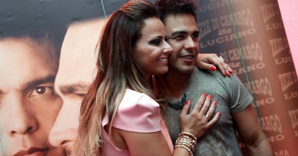 Viviane Araújo tieta Zezé Di Camargo nos bastidores após o show do cantor com o irmão no Citibank Hall, na Barra da Tijuca, Rio de Janeiro (9/11/12)