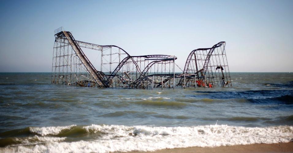 11.nov.2012 - Montanha russa é vista no mar após ser levada pelo furacão Sandy em Nova Jersey (Estados Unidos)