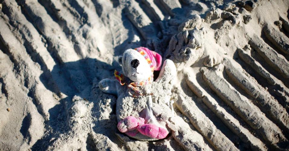 11.nov.2012 - Um urso de pelúcia é encontrado na areia da praia de Heights, em Nova Jersey, nos Estados Unidos, neste domingo (11). Cidades do Estado de Nova Jersey foram seriamente atingidas pelo furacão Sandy