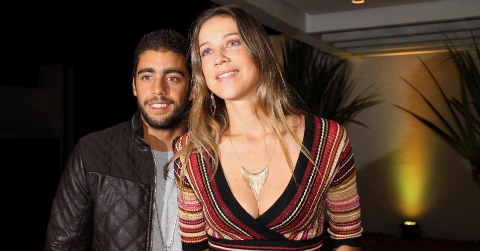 Atriz Luana Piovani chega acompanhada pelo marido, o surfista Pedro Scooby, no aniversário de 40 anos de Reynaldo Gianecchini, em São Paulo (10/11/12)