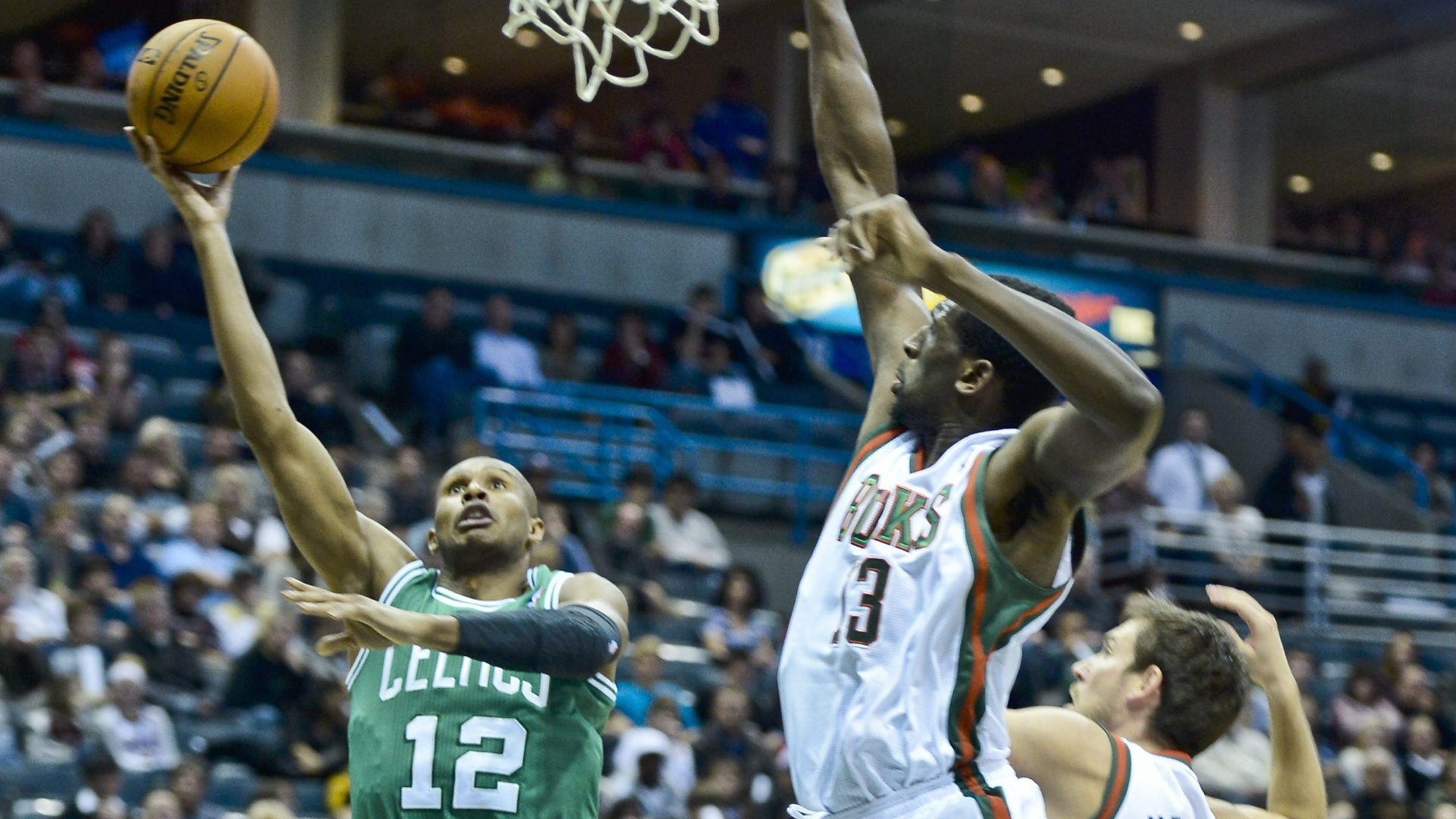 Brasileiro Leandrinho arrisca arremesso durante a vitória do Boston Celtics sobre o Milwaukee Bucks (10/11/12)