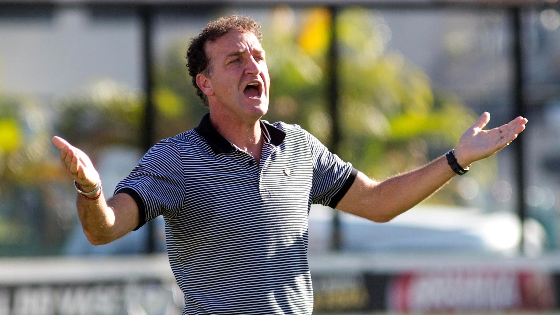 Cuca, técnico do Atlético-MG, dando instruções atrás do gol em São Januário