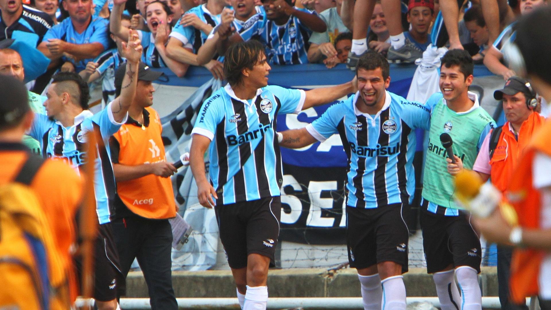 Gremistas celebram o gol de empate no Olímpico anotado por André Lima