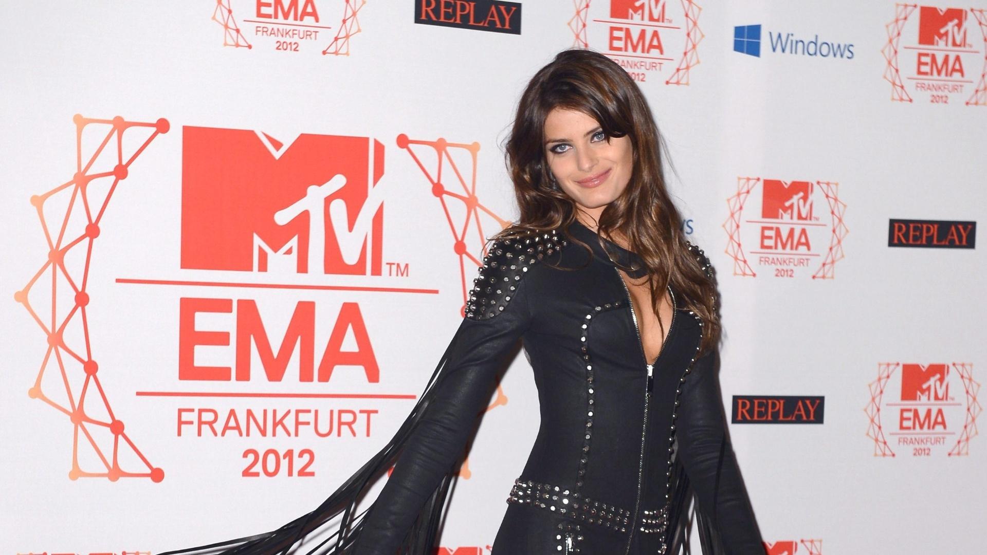 Isabeli Fontana posa para os fotógrafos no tapete vermelho do EMA 2012 em Frankfurt, na Alemanha (11/11/12)
