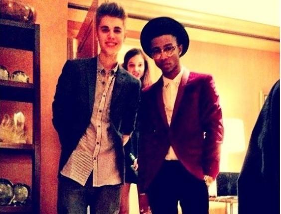 Lil Twist (dir.) publica foto no Twitter ao lado de Justin Bieber e, ao fundo, Barbara Palvin (9/11/12)