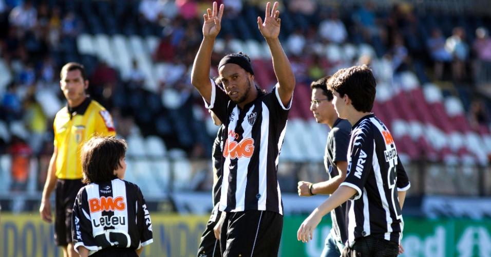Ronaldinho saúda torcida do Atlético-MG antes do jogo contra o Vasco