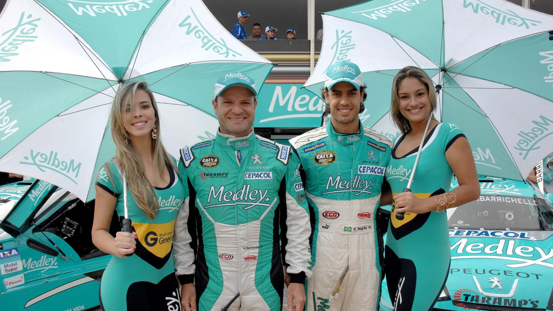 Rubens Barrichello e Xandinho Negro posam ao lado das grid girls na etapa de Braslia da Stock Car