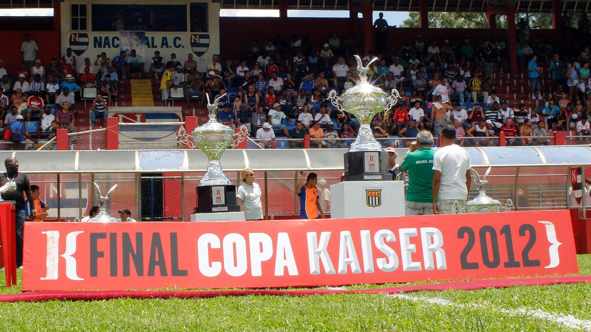 Taças de campeão e vice-campeão da série B da Copa Kaiser 2012; final aconteceu nesse domingo e teve o Unidos da Pacarana como campeão