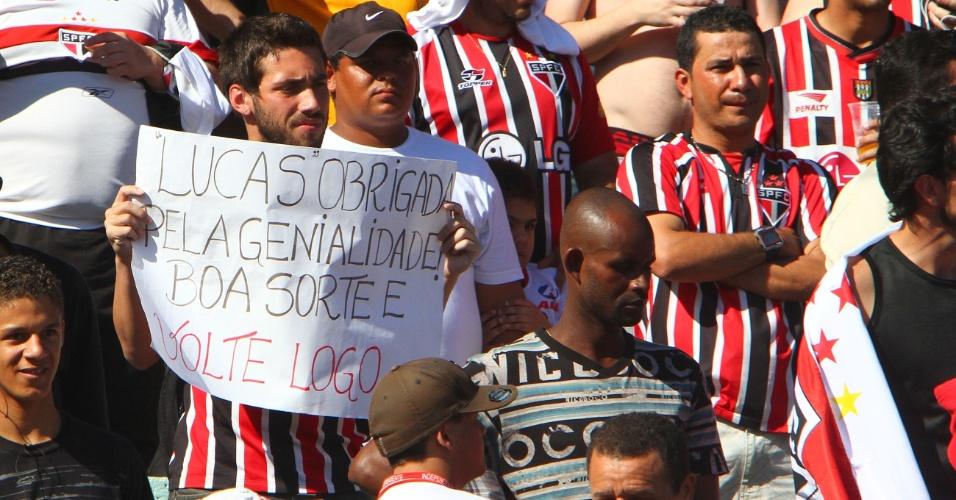 Torcedor são-paulinho reverencia Lucas, que em breve deixará o clube para se apresentar ao PSG