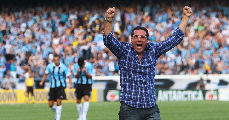 Vanderlei Luxemburgo vibra com o gol de Marcelo Moreno diante do São Paulo, no Olímpico (11/11/12)