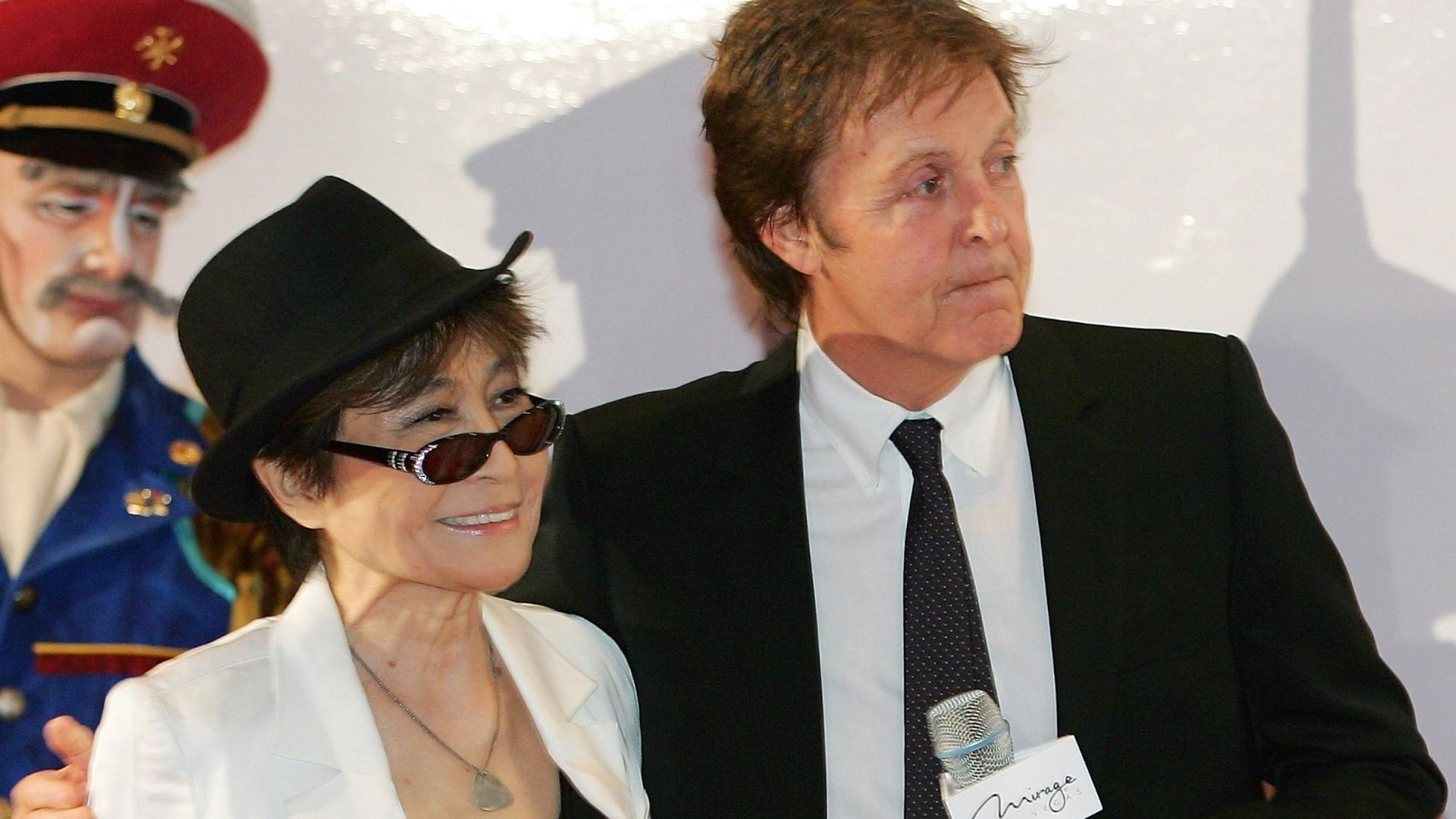 Yoko Ono e Paul McCartney em uma cerimônia comemorativa pelo primeiro aniversário do espetáculo