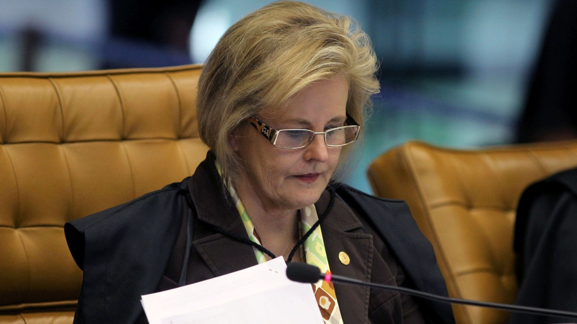 12.nov.2012 - A ministra do STF Rosa Weber participa de sesso do julgamento do mensalo, em Braslia. Os ministros do STF condenaram o ex-ministro da Casa Civil Jos Dirceu  pena de dez anos e dez meses de priso pelos crimes de corrupo ativa e formao de quadrilha. O ex-ministro ainda ter de pagar multa de R$ 676 mil
