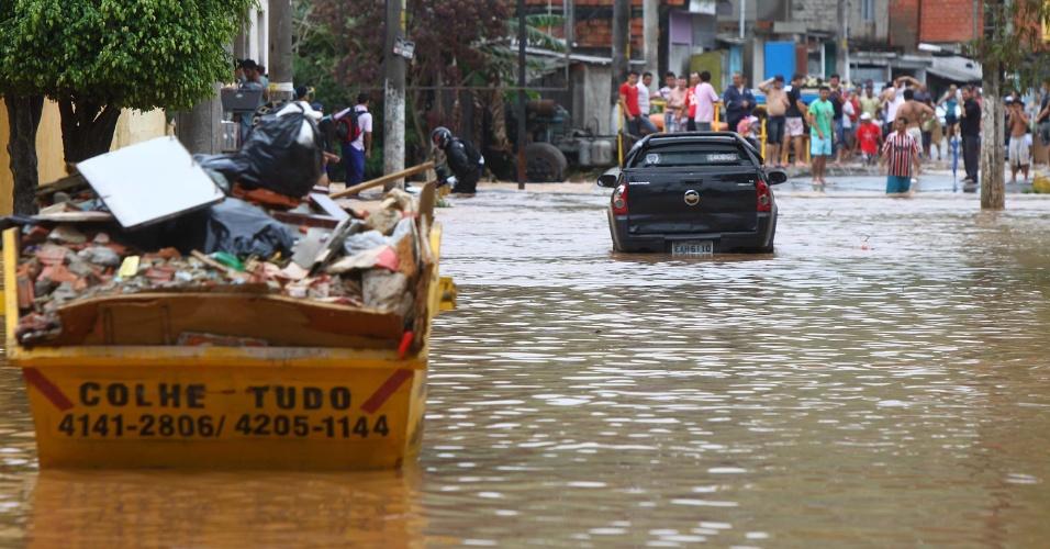 12.nov.2012 - As chuvas que atingiram a Grande São Paulo nesta segunda-feira (12) causaram um alagamento de grandes proporções na cidade de Itapevi, na zona oeste da região metropolitana