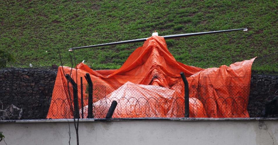 12.nov.2012 - Avião de pequeno porte avião que caiu após derrapar na pista do Aeroporto de Congonhas, em São Paulo (SP), é coberto com lona laranja em São Paulo (SP)