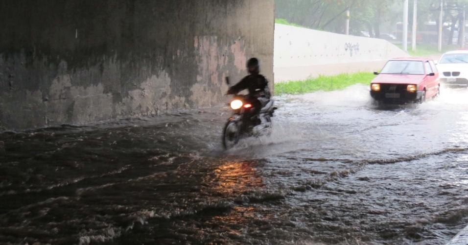 12.nov.2012 - Chuva em São Paulo alaga diversos pontos da Marginal Pinheiros, na manhã desta segunda-feira, dificultando a passagem de veículos