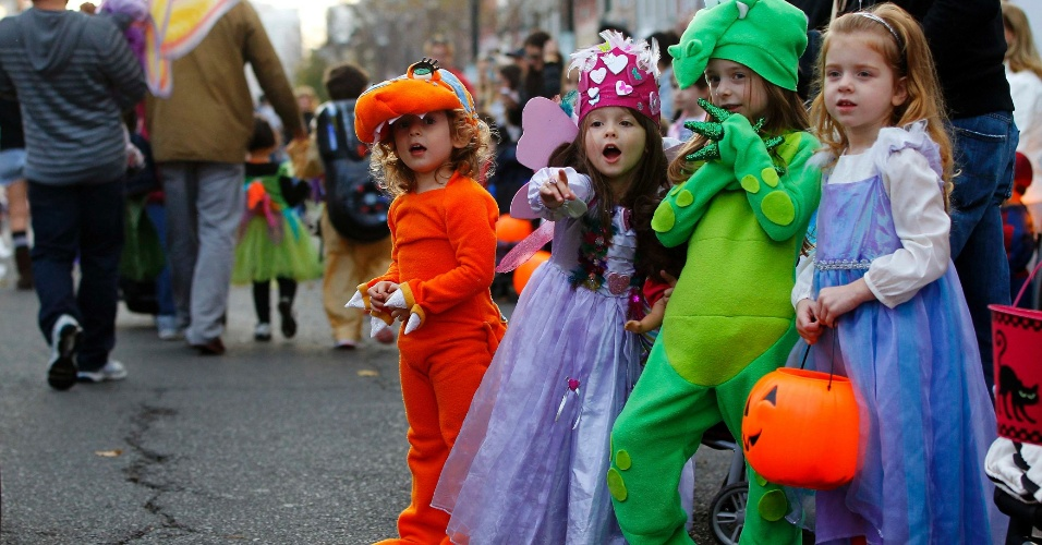 12.nov.2012 - Crianças participam nesta segunda-feira (12) de desfile anual de Halloween, adiado por causa da passagem do furacão Sandy, em Hoboken, Nova Jersey