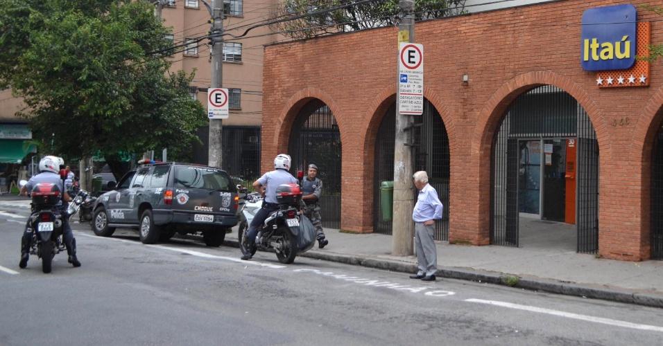12.nov.2012 - Dois policiais militares foram baleados na tarde desta segunda-feira (12) na saída de um banco na rua São Caetano, na Luz, região central de São Paulo